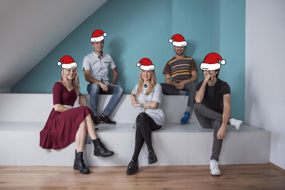 vianočná fotografia zamestnancov DASE s vianočnými čiapkami